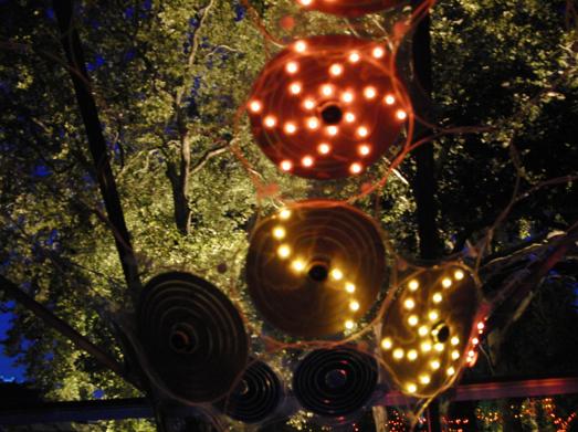 Rachel Wigfield i samarbeide med Risø DTU har laget denne installasjonen. Om kvelden lyser den med energien fra dagens solstråler.