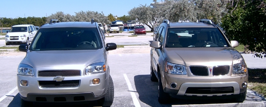 """Typiske amerikanske biler i dag. (""""Vår"""" Pontiac til høyre)"""