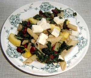 Pastaskruer med grønne blader, bønner, squash og fetaost