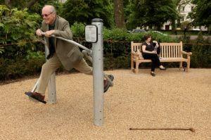 Bildet er fra den første Senior Playground  i  Hyde Park, London. Seniorlekeplassen koster bare snaut en halv million kroner og har seks apparater: a cross-trainer, sit-up bench, body-flexer, free runner, flex wheel and an exercise bike.
