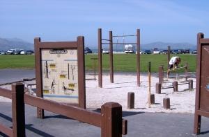 Treningsapparater med bruksanvisning i offentlig park i San Francisco. (Foto: Odd Busmundrud)